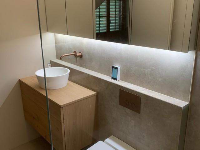 [b]Dusch-WC[/b] CLEANET RIVA UP [b]Betätigungsplatte[/b] GESSI [b]Aufsatzwaschbecken[/b] Ketos Piccolo [b]Wandmischer[/b] GESSI 316 FLESSA